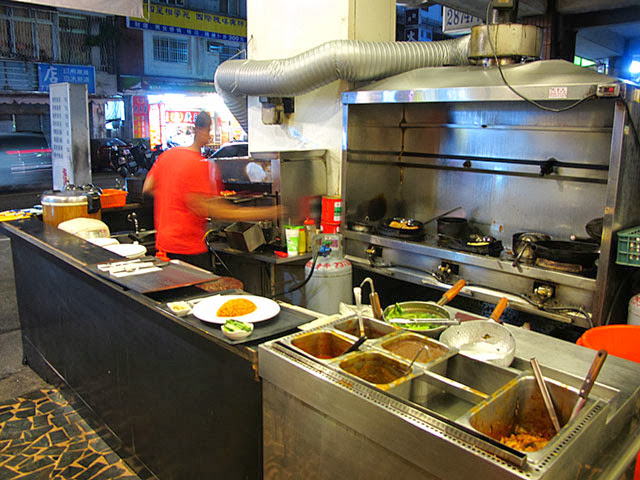 工作台跟各式醬料-攬人小館台中蛋包飯