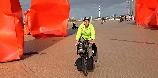 Miri on the Bike fährt durch die Installation Rock Strangers in Oostende von Arne Quinze