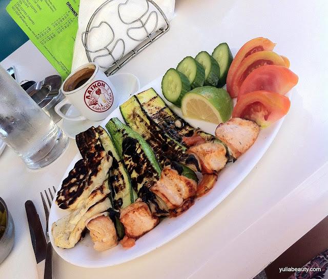 Куриный кебаб, халуми и цукини гриль, овощи, кофе кипр, пафос