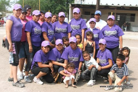Equipo Pekes de Bustamante en el torneo de softbol femenil del Club Sertoma
