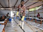 Lavement du plancher d'une salle des soins aménagée par MSF à Mbandaka pour les soins des malades du choléra.