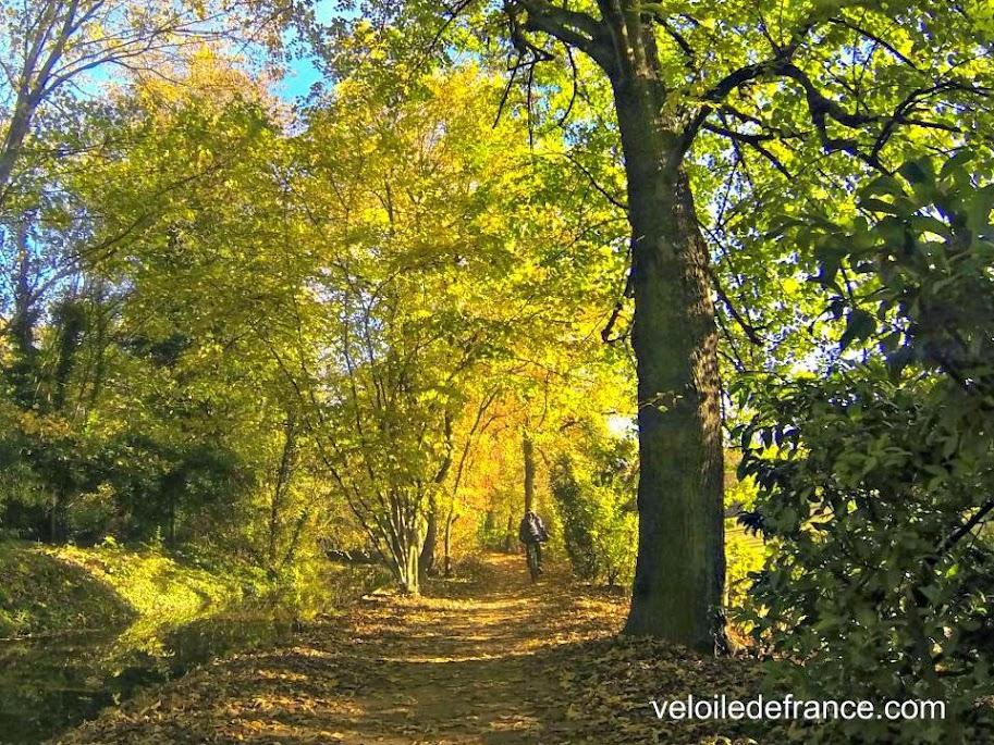 Le long de la Bièvre dans le Parc Heller à Antony- Balade à vélo de Bourg la Reine à Verrières par veloiledefrance.com