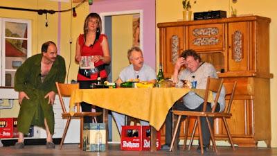 Mit witzigen Dialogen begeisterte die Theatergruppe der Kolpingsfamilie Neuenburg das Publikum im katholischen Gemeindehaus St. Bernhard.