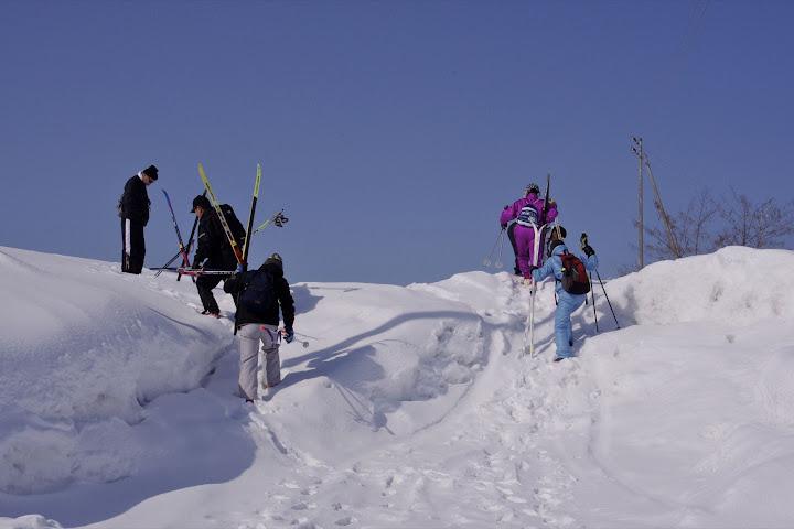 写真:道路から丘へ登ります