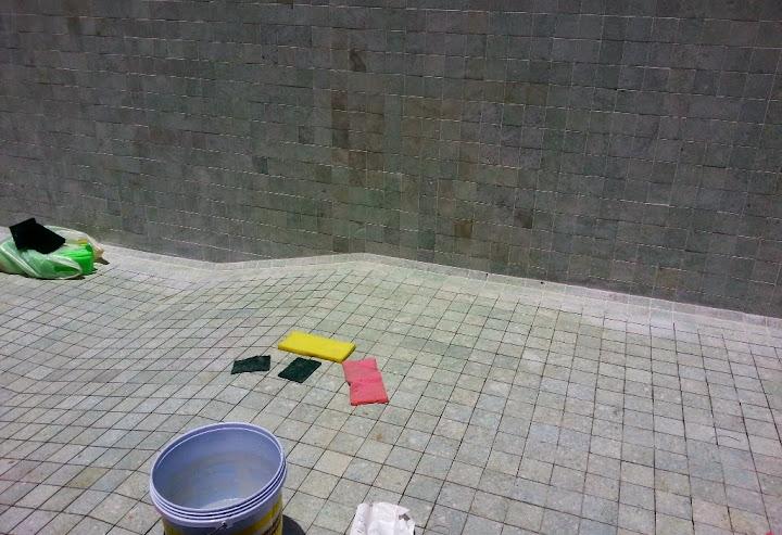 бассейн с каменной плиткой