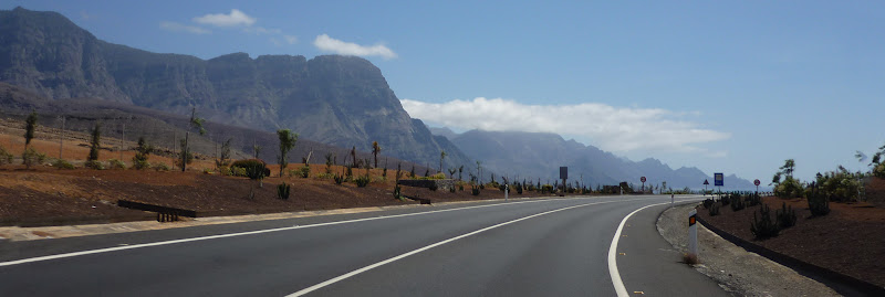 Straße auf Gran Canaria, mit Westküste im Hintergrund.