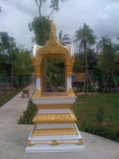 พระพรหม16นิ้ว ตั้งที่ร.ร.สวนกุหลาบวิทยาลัย ธนบุรี (ศาลพระพรหม)
