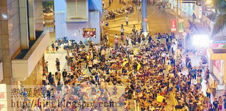 金鐘<br>示威人士昨晚於樂禮街聚集,大批警員在場戒備。