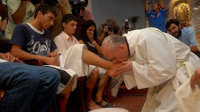 Pope Francis washes feet of kids in jail