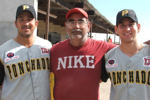 Carlos González Garza, Carlos González Ramos y Raúl González Garza de Ponchados en el softbol del Club Sertoma