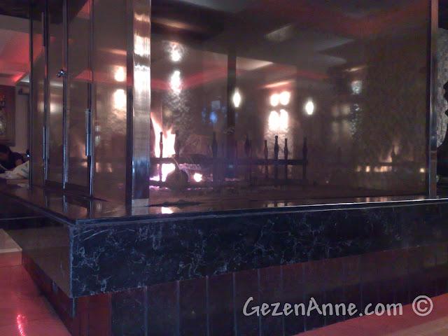 Bolu'daki Koru Otel'in lobisindeki şömine