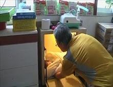 قس يخصص صندوق لرمي الاطفال اللقطاء به
