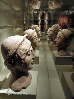 Vitrine comprenant plusieurs tête votive Etrusques