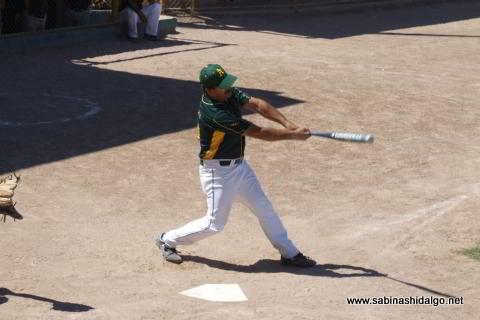 José Omar Flores bateando por Amigos en el softbol dominical