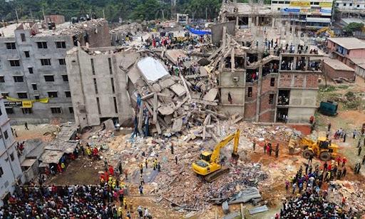 1. Rana Plaza Building Collapse Tòa nhà 8 tầng ở Dhaka, Bangladesh đổ sập tháng 4/2012 đã giết chết hơn 1.100 người. Con số thương vong còn cao hơn như vậy rất nhiều, bởi lẽ đây là nơi 3.000 công nhân làm việc cho 5 nhà máy. Theo đó, các vết nứt vốn đã được nhận thấy 1 ngày trước khi xảy ra tai nạn, song chủ nhân tòa nhà khẳng định cấu trúc của nó là không thể bị đổ và vẫn tiếp tục để công nhân vào làm việc. Sau thảm họa, nhiều nạn nhân được đưa ra từ đống đổ nát, trong đó có một phụ nữ 19 tuổi đã sống sót sau 17 ngày kẹt dưới tầng hầm, nhờ tìm thấy khu vực chứa thực phẩm khô.