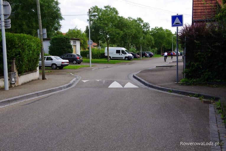 W strefie zamieszkania ma się jeździć spokojnie i uważnie, a infrastruktura drogowa ma taki styl jazdy wymuszać.