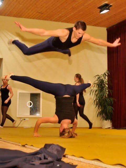 Eleganz und Grazie hieß der Programmpunkt des Turnvereins. Die Turnerinnen und Turner versprachem mit dem Titel ihrer akrobatischen Showeinlage nicht zuviel.