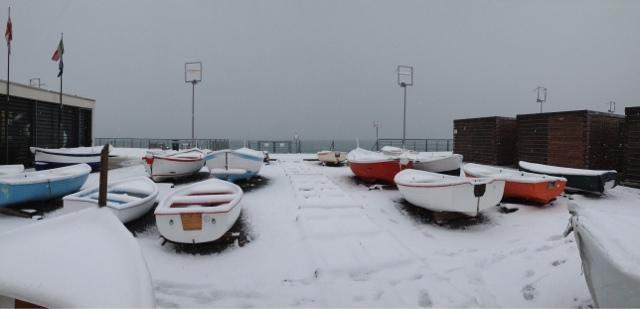nevicata Genova Voltri le barche imbiancate