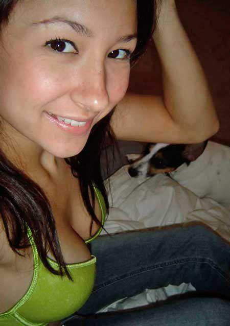 http://www.fenomania.com/2012/05/abg-montok-pamer-belahan-dada.html