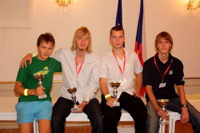 No kreisās: Armands Rudušs (Siguldas Valsts ģimnāzija) - sudrabs, Dāvis Immurs (Natālijas Draudziņas ģimnāzija) - sudrabs, Jurģis Suts (Valmieras Pārgaujas ģimnāzija) - bronza, Māris Seržāns (Rīgas Valsts 1.ģimnāzija) - krāsainais metāls.