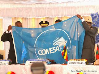 Passation du pouvoir entre le chef de l'Etat congolais, Joseph Kabila et son homologue sortant, Yoweri Museveni de l'Ouganda le 26/02/2014 à Kinshasa, lors de l'ouverture du 17e sommet de la conférence des chefs d'Etat et de gouvernement du Marché Commun de l'Afrique Orientale et Australe (Comesa). Radio Okapi/Ph. John Bompengo