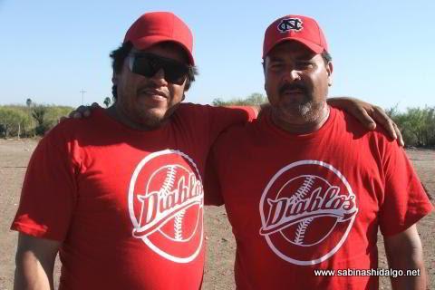 Leonardo Guevara y Javier García de Diablos en el softbol del Club Sertoma
