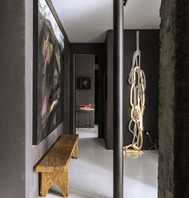 Ambiente com decoração em preto e cinza, nas paredes e objetos.