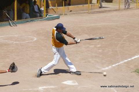 Jesús Mario Hernández bateando por Amigos en el softbol dominical