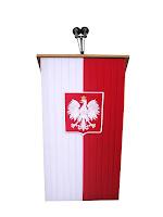 Podium dla spikera okryte polską flagą