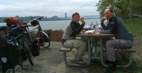 Miri & Chris: Picnic am Henry Hudson Drive vor George Washington Brücke und Manhattan in New Jersay