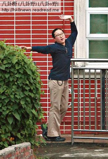 搞笑舞姿 <br><br>一向乖乖女的卓林在天台未玩夠,再到樓下唱曬歌跳曬舞俾記者影相。舞姿咁搞笑,係咪想幫媽咪轉移視線先?