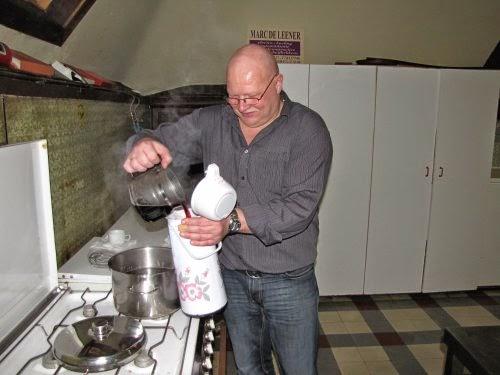 Danny maakt de Gluhwein klaar.