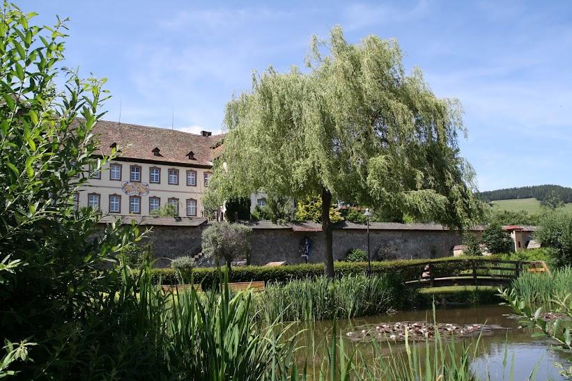 Südseite des ehemaligen Benediktinerklosters mit Sonnenuhr