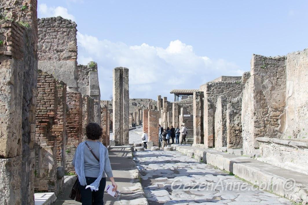 Pompei'de yürürken