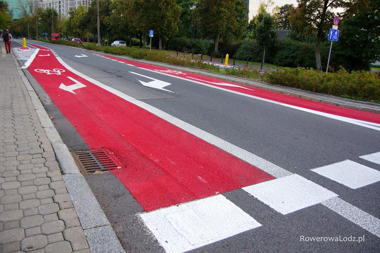 W miejsce dwóch pasów ruchu dla samochodów powstało takie rozwiązanie, które w bezpieczny sposób umożliwia skręt rowerem w drogę dla rowerów.