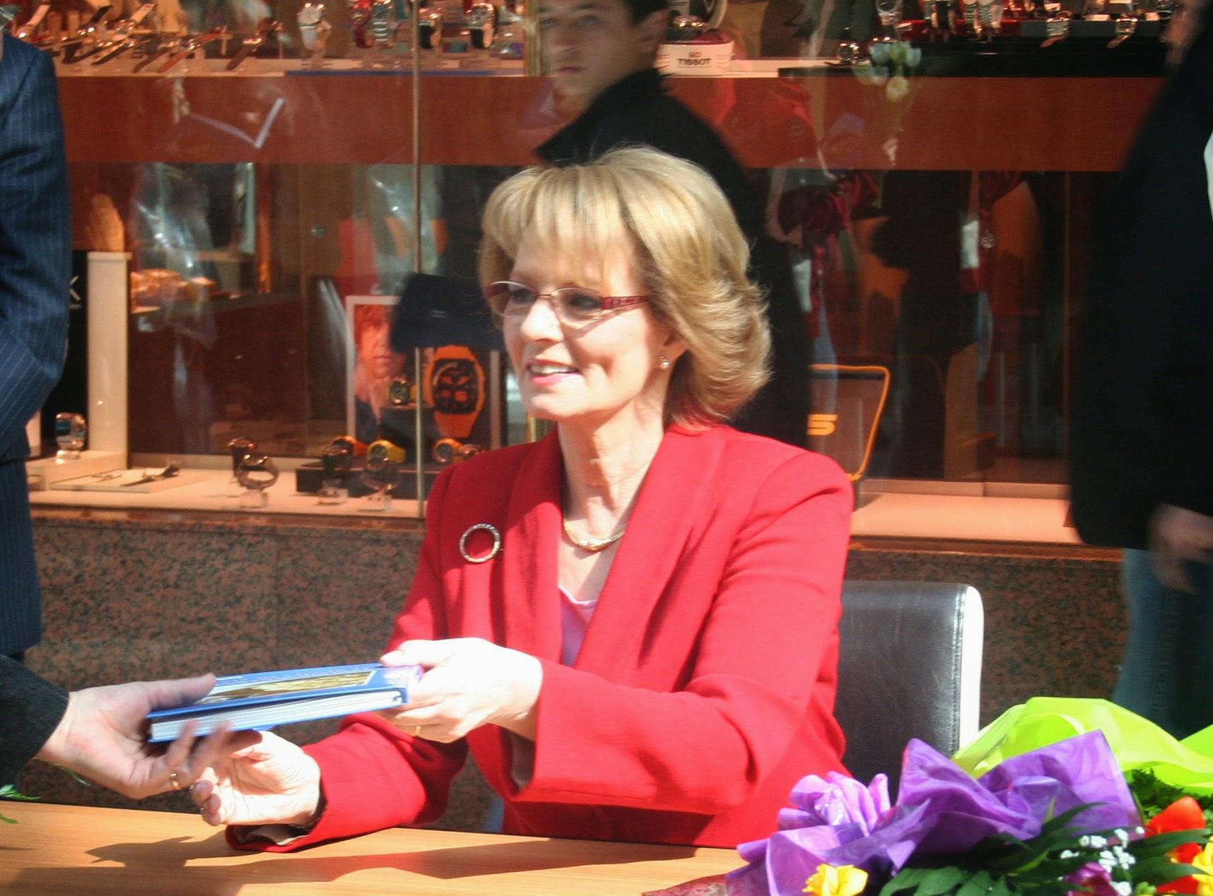 Principesa Margareta la o sesiune de autografe