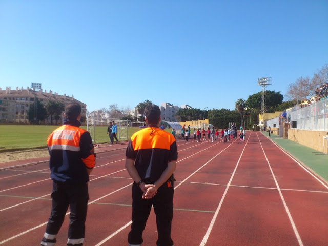 Nuestros voluntarios atentos a la realización de las pruebas deportivas.