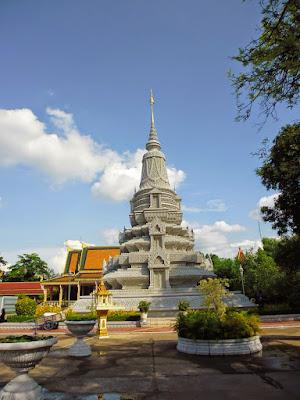 новая ступа на территории королевского дворца. Пномпень