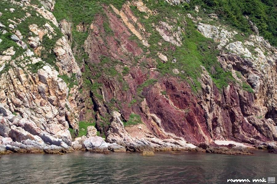 你看到岸上的「人面石」嗎?