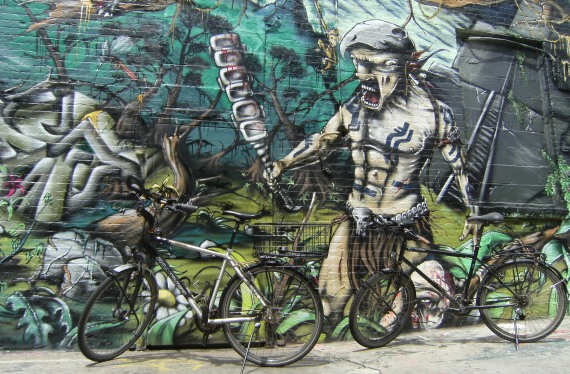 Panther Dominance Trekking und Trekking- und Reiserad T 400 vsf fahrrad manufaktur vor 5pointz-Graffiti in Queens, New York
