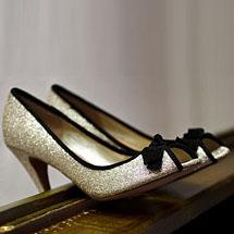 Sapato com glitter dourado