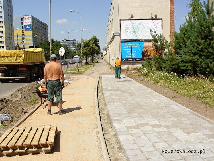 Niestety, rowerówka urywa się w tym miejscu - powstanie dopiero po zakończeniu centrum sportu PŁ.
