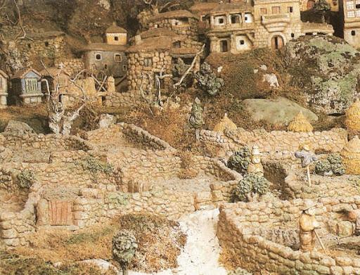 Belen de Baltar: vista de las huertas del pueblo, con algun espantapajaros y labradores