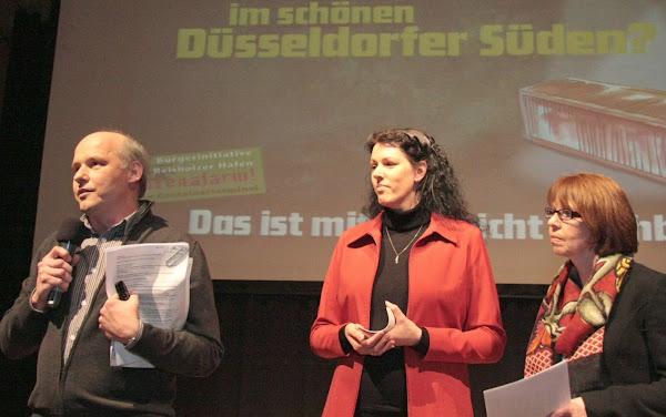 Sprecher und zwei Sprecherinnen der Bürgerinitiative vor der Powerpoint-Präsentation.