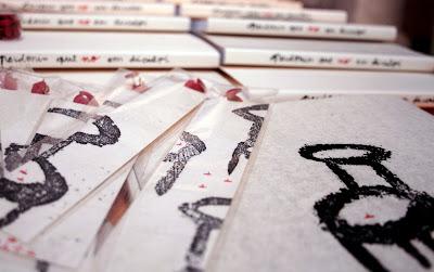 Llibre de contes i punts amb xinxetes