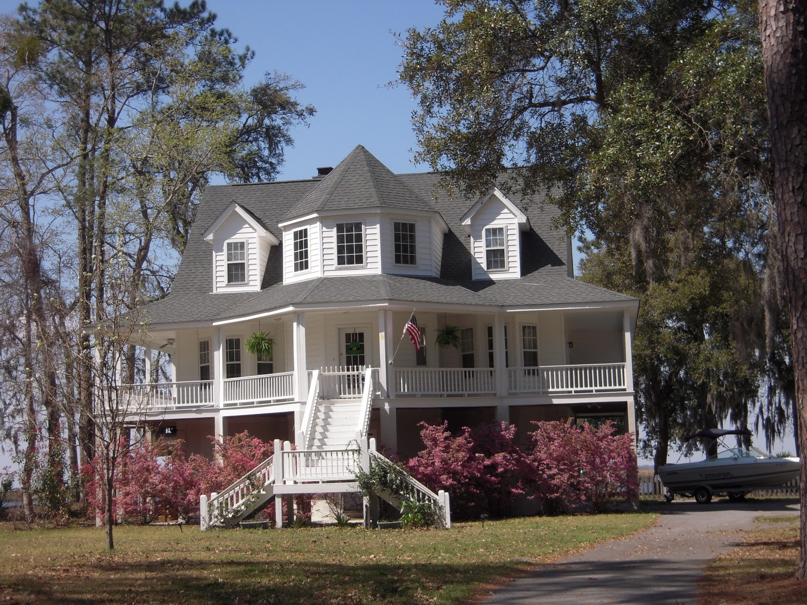 18 surprisingly southern style homes with wrap around for Southern style homes with wrap around porch
