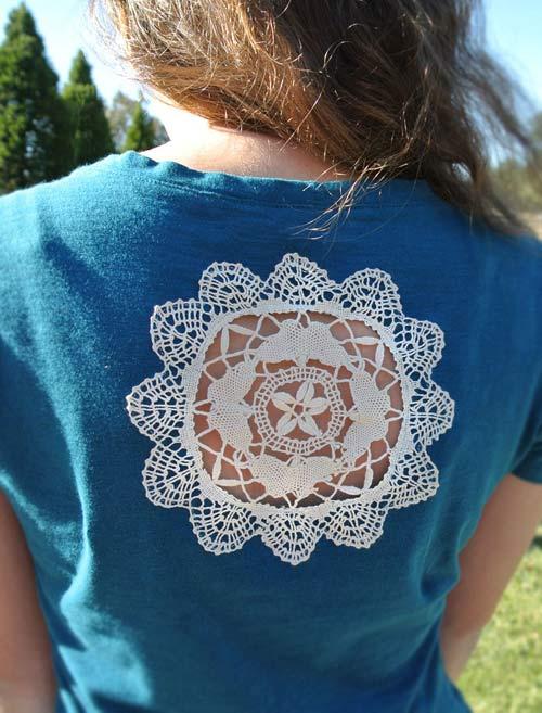 camiseta com toalha de renda nas costas