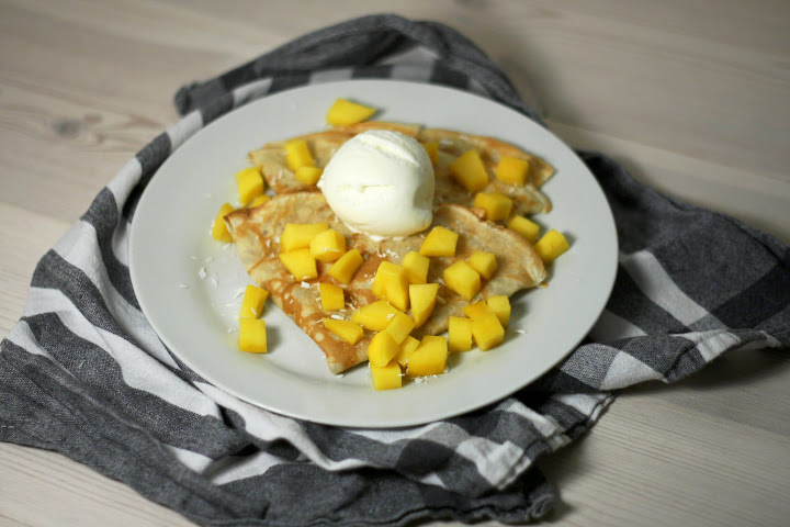 Kokospandekager med mango og vaniljeis
