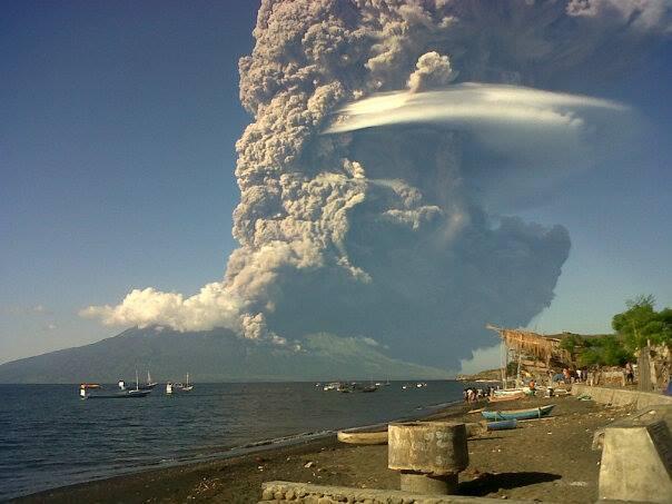 Enormes pirocúmulos asociados a la erupción del Sangeang