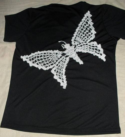 camiseta customizada com borboleta de crochê